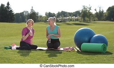 passen, seniore vrouwen, relaxen, drinkwater, in park