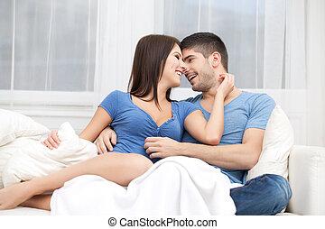 passione, coppia, sedendo divano