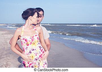 passionné, couple, seashore., dehors, hétérosexuel