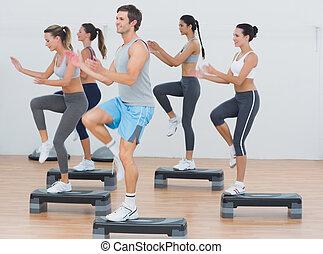 passo, exercício, aeróbica, executar, classe aptidão