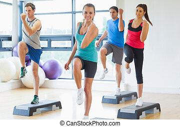 passo, exercício, aeróbica, executar, instrutor, classe ...