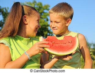 pastèque, garçon, girl, manger, jeune