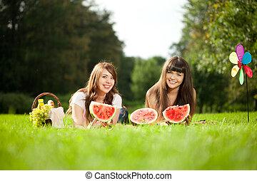 pastèque, pique-nique, deux femmes
