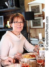 pasta diner, etende vrouw