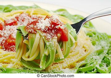 pasta, med, tomatosauce, och ost