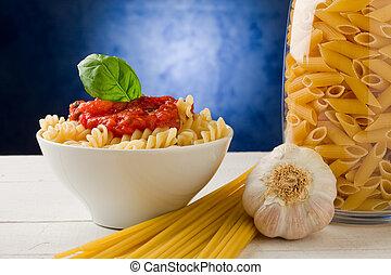 pasta, met, tomatensaus, op, blauwe achtergrond