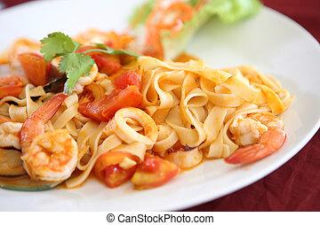 pasta, pomidor, produkty morza, sos