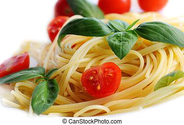 pastas, albahaca, tomates