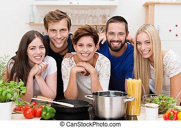 pastas, cocina, joven, preparando, gente