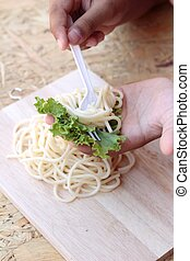 pastas, espaguetis, en la mano