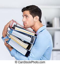 pastas, homem negócios, carregar, empilhado, escritório