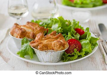 pastel, con, pollo, con, ensalada, blanco, placa