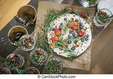 pastel, zanahoria, glaseado, bayas