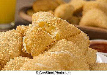 pastello, uno, brasiliano, spuntino, con, uno, sbarra, in, il, fondo., formaggio, pastry.