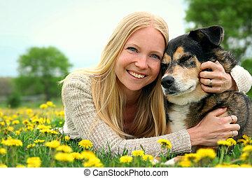 pastor, mujer, alemán, perro, abrazar, feliz