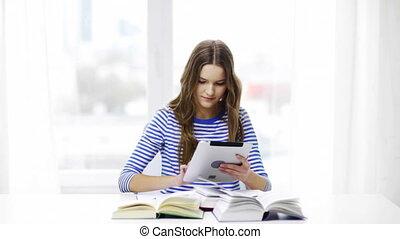 pastylka pc, książki, student, uśmiechnięta dziewczyna