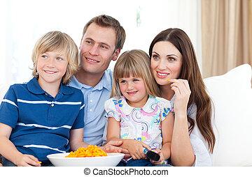 patatine fritte, televisione, mangiare, famiglia, osservare