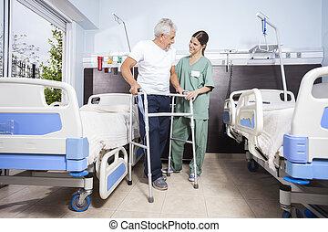 patiënt, gebruik, walker, terwijl, kijken naar, verpleegkundige, op, rehab, centrum