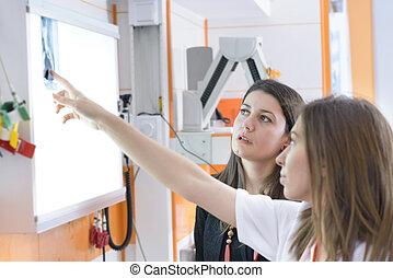 patiënt, het kijken, met, arts, op, x-ray beeld