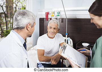 patiënt, kijken naar, arts, terwijl, verpleegkundige, vasthouden, rapporten