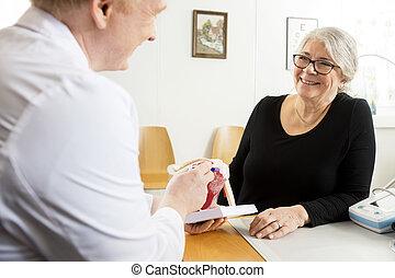 patiënt, kijken naar, mannelijke arts, het verklaren, schouder, rotator manchet