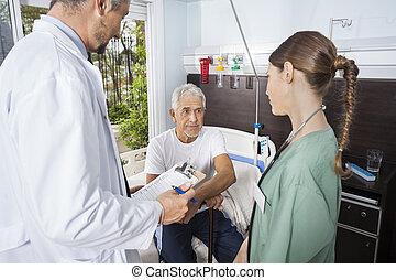 patiënt, kijken naar, verpleegkundige, terwijl, arts, vasthouden, rapporten