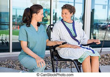 patiënt, kijken naar, verpleegkundige, terwijl, zittende , op, wheelchair
