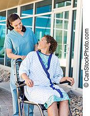 patiënt, kijken naar, vriendelijk, verpleegkundige, terwijl, zittende , op, wheelchair
