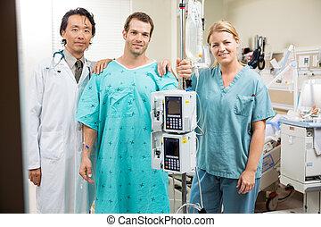 patiënt, met, arts en verpleegster, staand, door, machine, stander