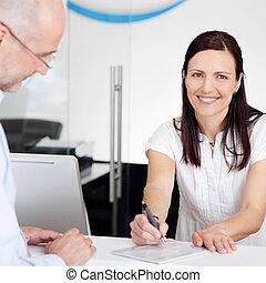 patiënt, tandarts, kliniek, receptionist, krijgen, kaart