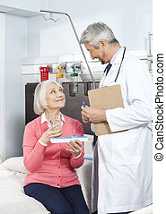 patiënt, vasthouden, geneeskunde, organisator, en, glas, terwijl, kijken naar, doen