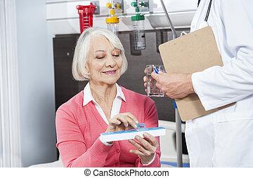 patiënt, vasthouden, geneeskunde, organisator, terwijl, arts, geven, haar, water