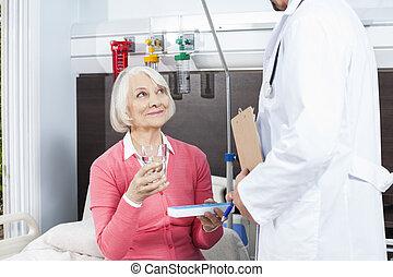 patiënt, vasthouden, waterglas, en, geneeskunde, terwijl, kijken naar, arts
