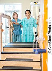 patiënt, wezen, geassisteerd, door, lichamelijke therapist