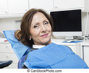 patiënt, zittende , tandarts, kliniek, vrouwlijk, het glimlachen