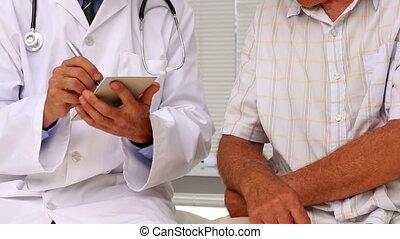 patie, handen, zijn, rillend, arts