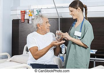 patient, arrosez verre, femme, infirmière, réception, pilule