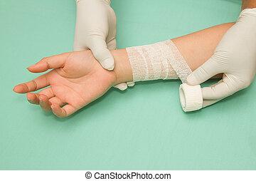 patient., bander, docteur, femme, avant-bras