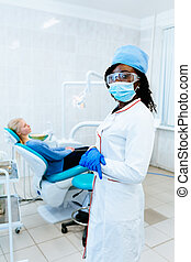patient, dental, amerikanische , junger, klinik, clinic., weiblicher afrikaner, front, lächeln, zahnarzt, concept.