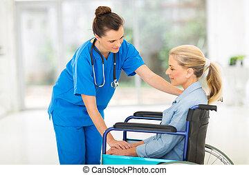 patient, docteur féminin, jeune, handicapé, réconfortant, personne agee