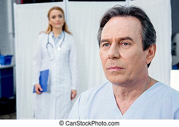 patient, docteur, hôpital, désordre, milieu, derrière, portrait, vieilli