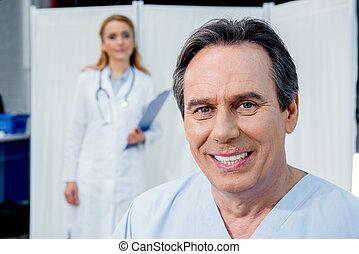 patient, docteur, hôpital, milieu, derrière, portrait, sourire, vieilli