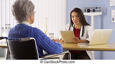 patient, docteur, jeune, personnes agées, conversation, mexicain