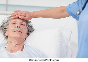 patient, elle, main, front, mettre, infirmière