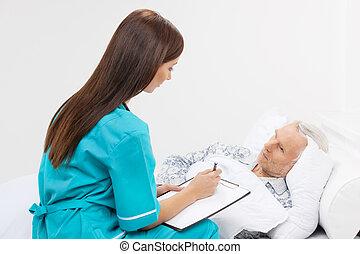 patient, elle, séance, prendre, jeune, lit, écriture, note, confiant, seniors., tampon, quelque chose, infirmière, mensonge, soin