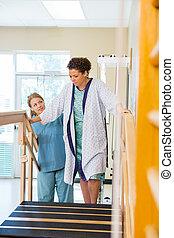 patient, er, assisterede, af, fysisk terapeut, ind, gribende, ovenpå