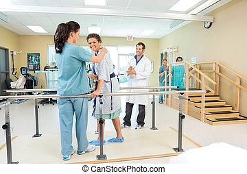 patient, er, assisterede, af, fysisk terapeut