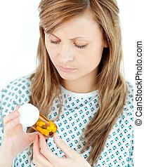 patient, femme, pilules, concentré, elle, regarder
