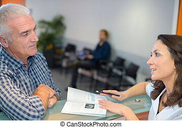patient, hôpital, bureau réception, converser, infirmière