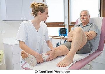 patient, jambe, hôpital, bander, infirmière, personne agee